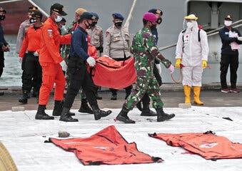Recuperan una «caja negra» del avión estrellado en Indonesia