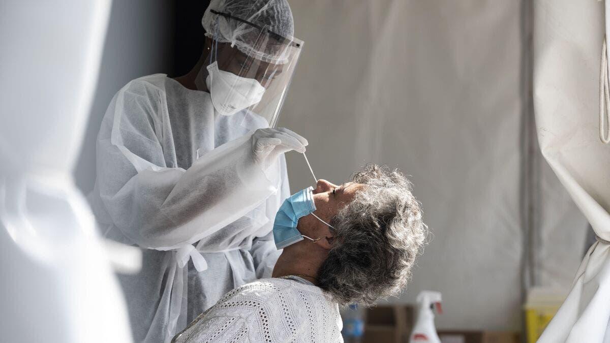 Infectados con variante británica del coronavirus son menos propensos a perder olfato y gusto