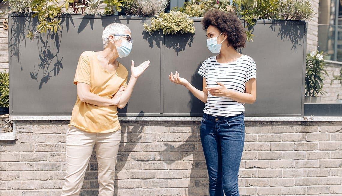 Una simple conversación, con o sin mascarilla, puede contagiar