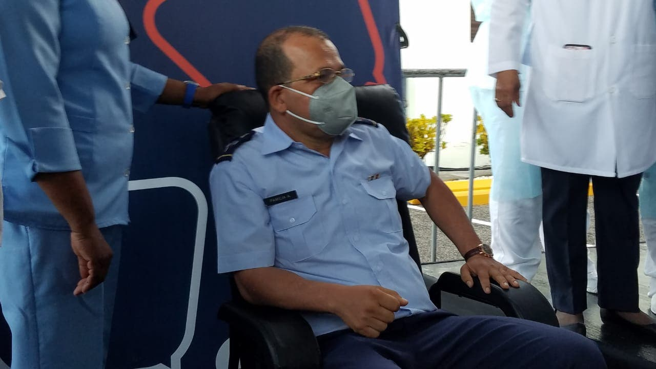 Subdirector del Hospital Ramón de Lara es el primero en recibir vacuna contra COVID-19 en RD