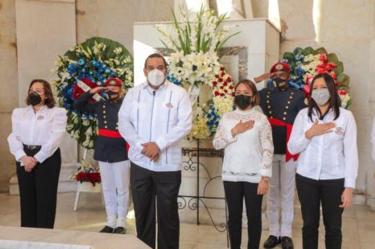 Comisión Nacional de Energía deposita Ofrenda Floral por Mes de la Patria
