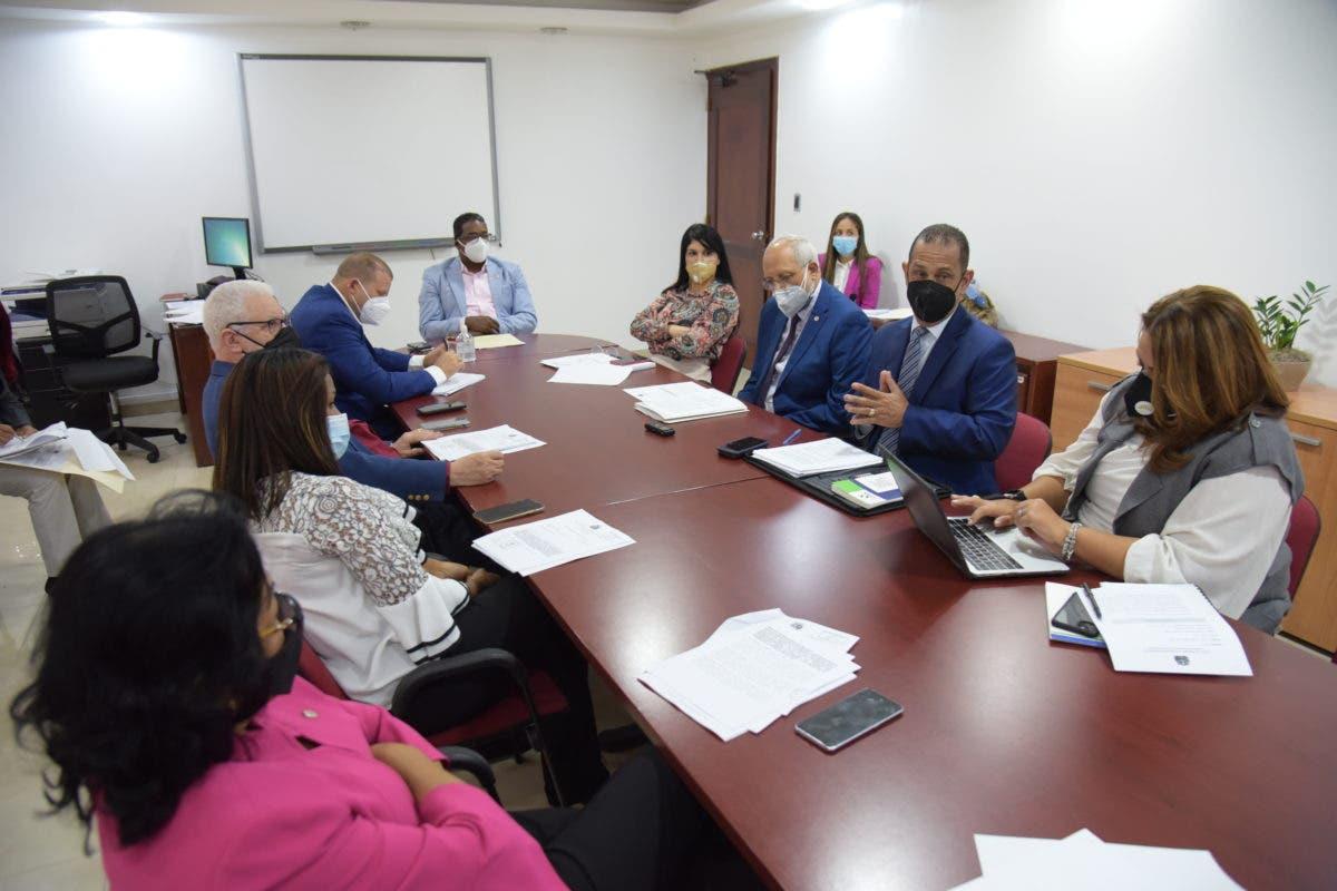 Diputados analizan con SISALRIL proyecto busca que ARS devuelvan recursos