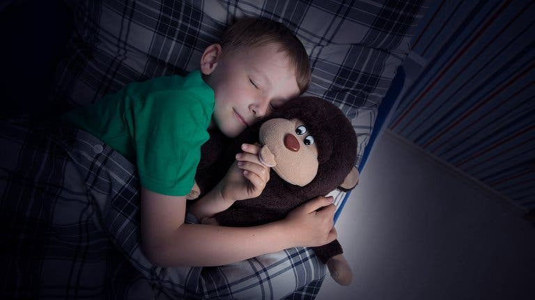 Estudio revela que los niños que cumplen con el horario para irse a dormir serán adultos más exitosos