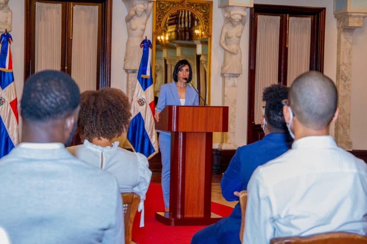 La primera dama exhorta a los jóvenes a denunciar los males sociales