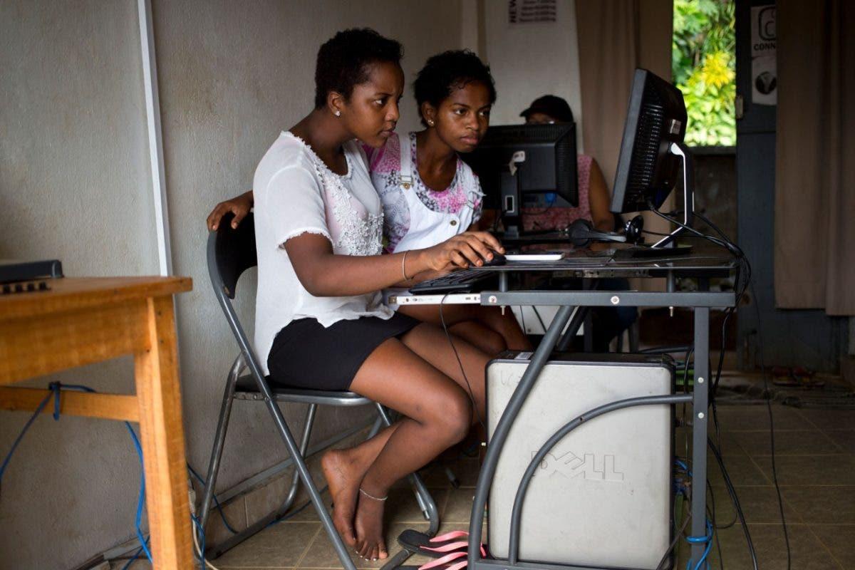 Preocupación por bienestar de niños y jóvenes ante tiempo que pasan frente a las pantallas