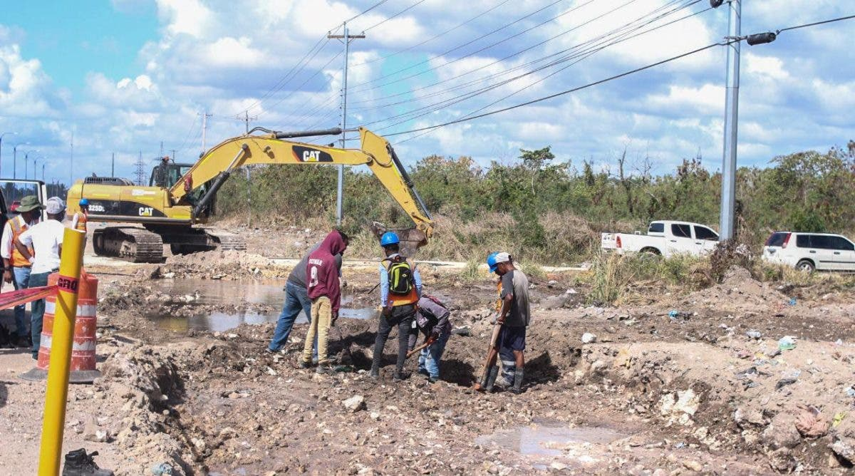 Contratistas provocan avería que deja cientos sin agua en Boca Chica