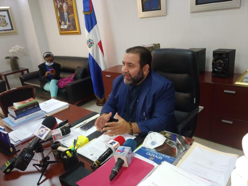 Senador Rogelio Genao advierte a Falcondo no meterse con Loma Miranda