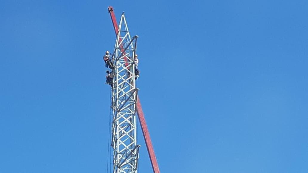 Deuda millonaria paraliza instalación de torres eléctricas en Pedernales