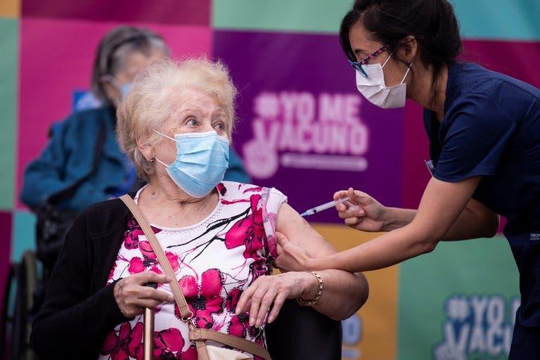 Cómo Chile logró la vacunación más masiva y eficiente de América Latina