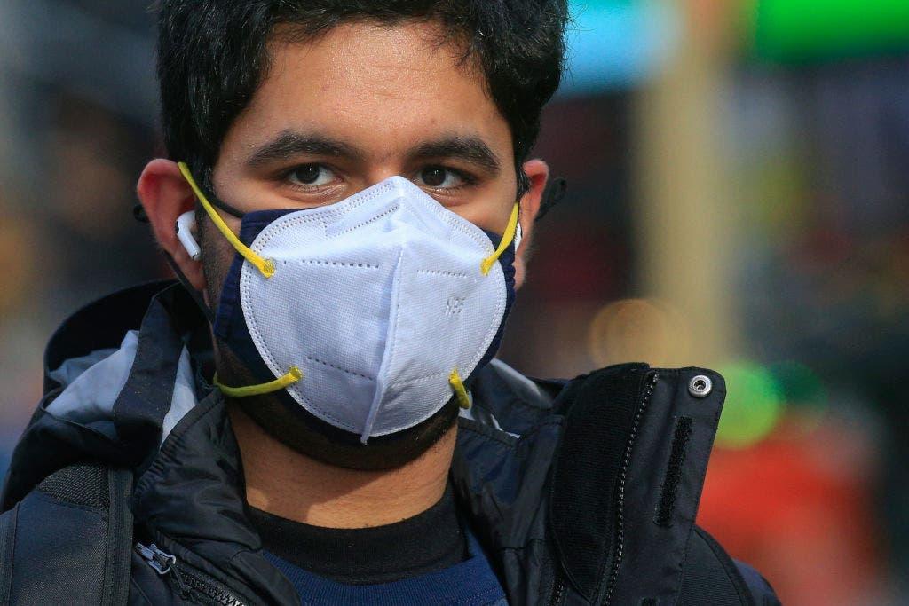 ¿Usar dos mascarillas ofrece más protección contra el coronavirus?