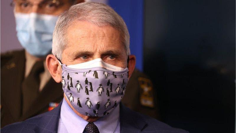 ¿Por qué las autoridades en EE.UU. recomiendan ahora el uso de una mascarilla doble?