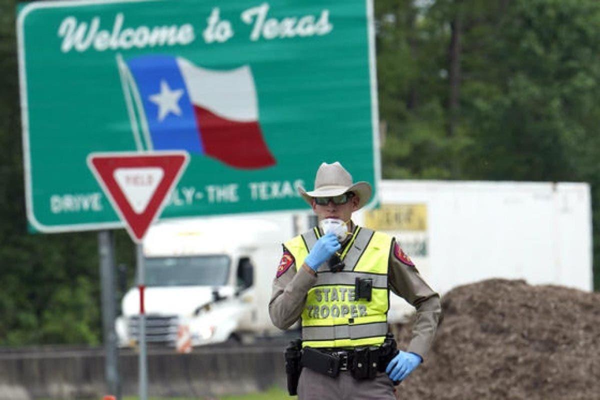 """«Nos estamos muriendo"""":  Autoridades indagan reporte de inmigrantes atrapados en Texas"""