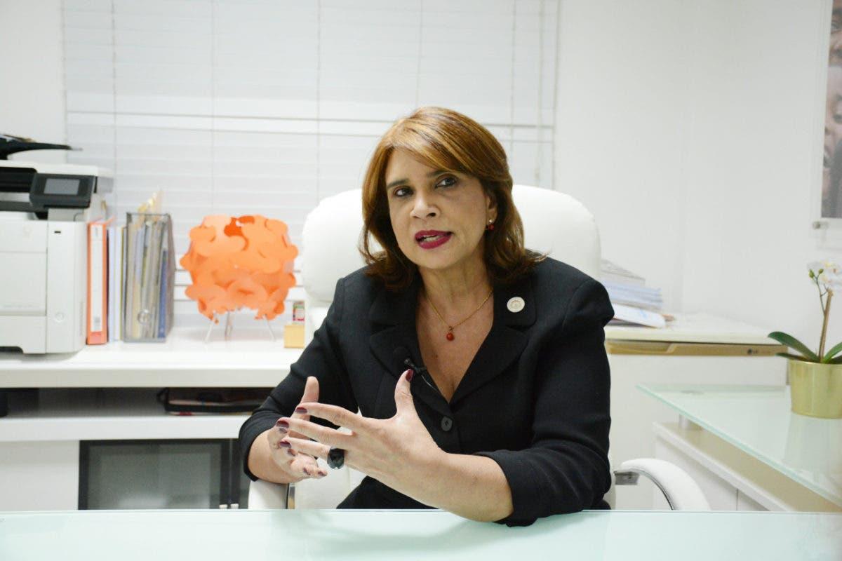 Viceministra de Salud advierte a funcionarios y personas que intenten vacunarse antes que le toque