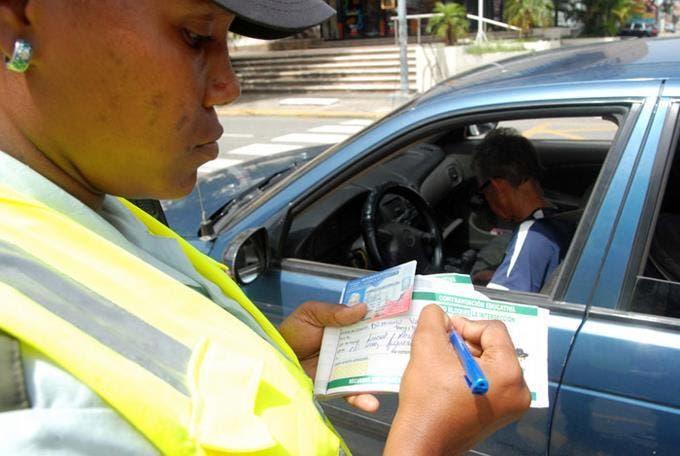 ¿Puede viajar fuera de República Dominicana si tiene multas de tránsito?