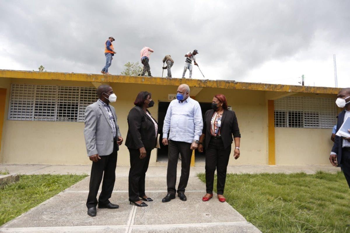 Ministro de Educación supervisa trabajos para el retorno a clases en escuelas