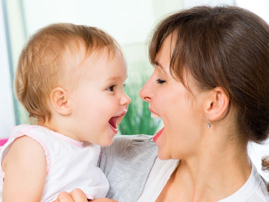 Bebés prestan más atención a sonidos exagerados del habla infantil