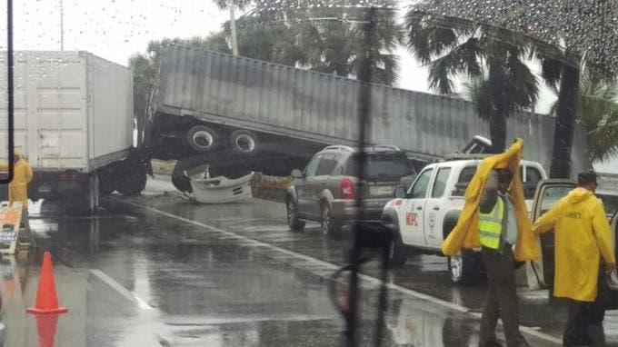 Patana pierde el control e impacta siete vehículos en la autopista Las Américas