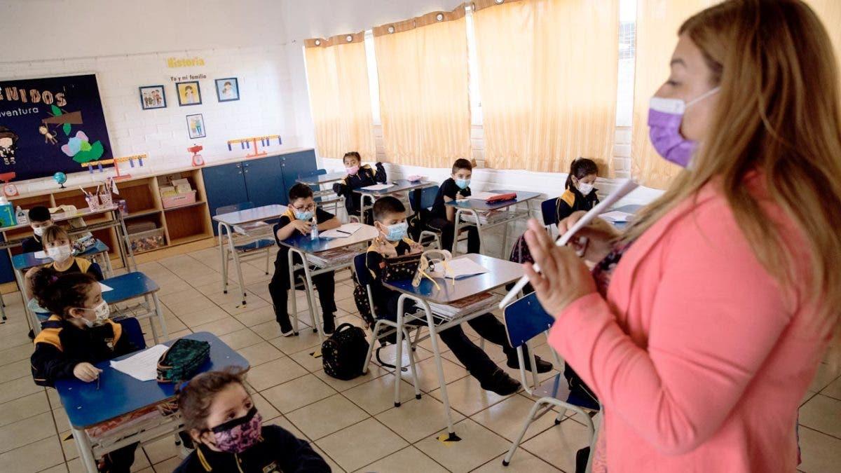 Profesores de Chile llaman a suspender clases por aumento de contagios