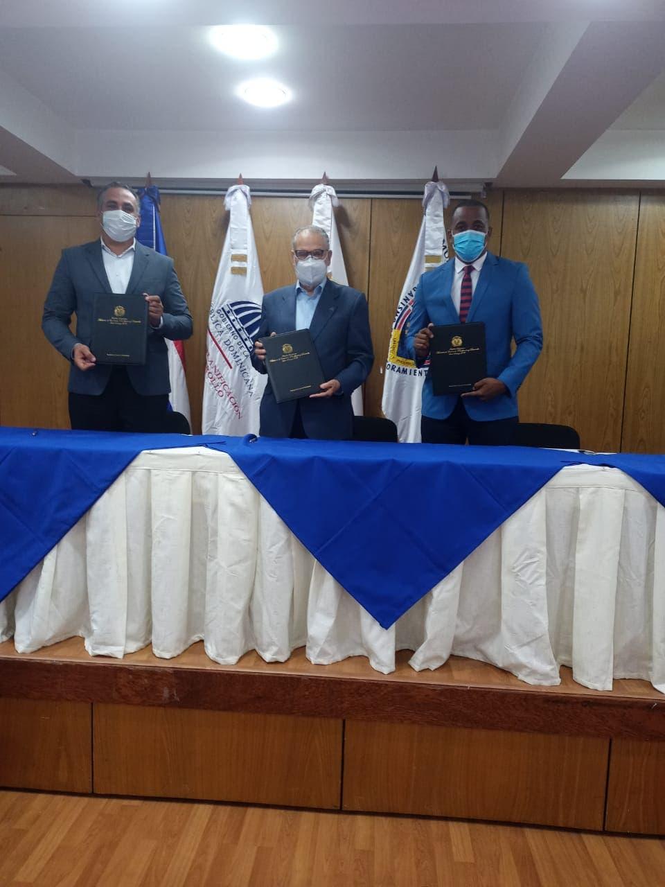 Firman acuerdo para que necesidades del municipio Bayaguana sean incluidas en el presupuesto de la Nación