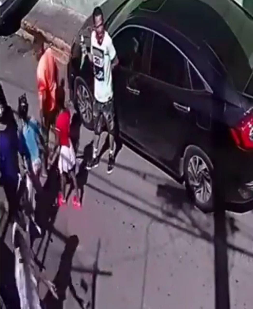 De espaldas, comiendo helado y con una sola mano, hombre roba retrovisor de un vehículo
