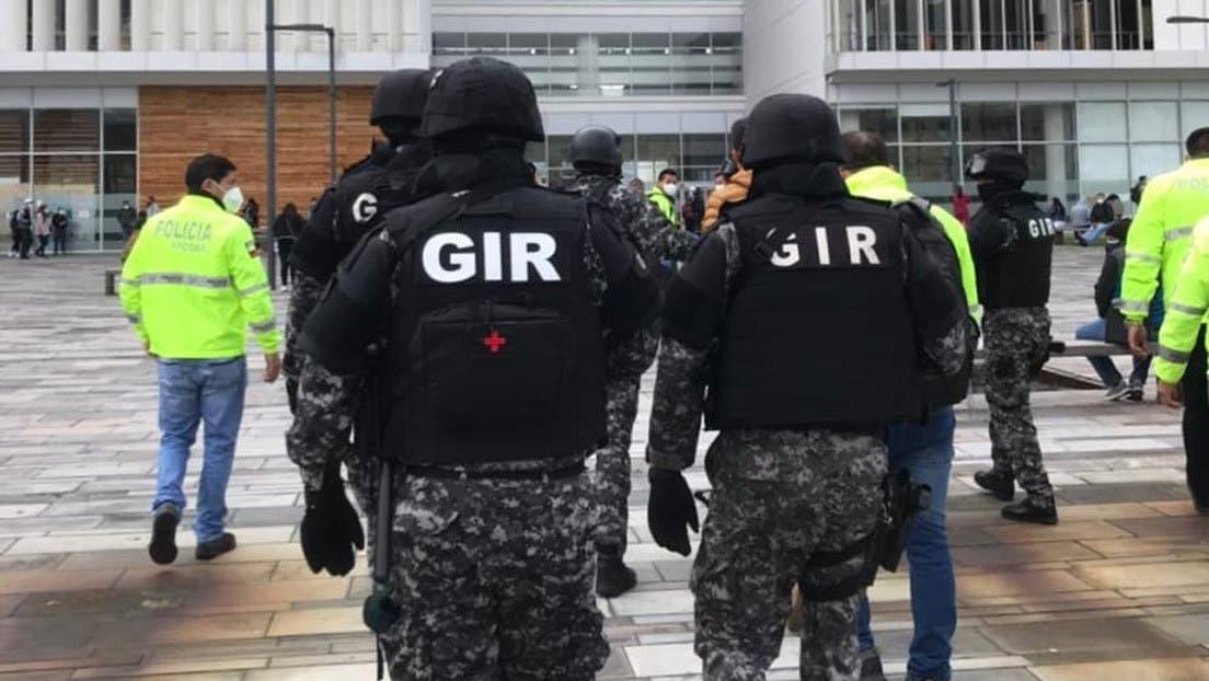 Allanan Ministerio de Salud en Ecuador por vacunación irregular contra COVID-19