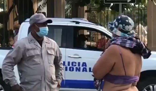 Lo que dice Obras Públicas sobre mujer que se desnudó para exigir prestaciones laborales
