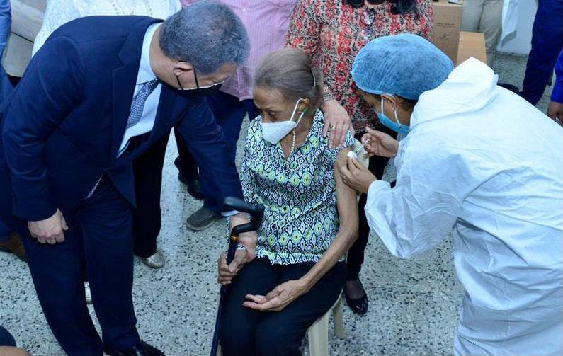 Madre de Leonel Fernández se vacuna contra el COVID-19