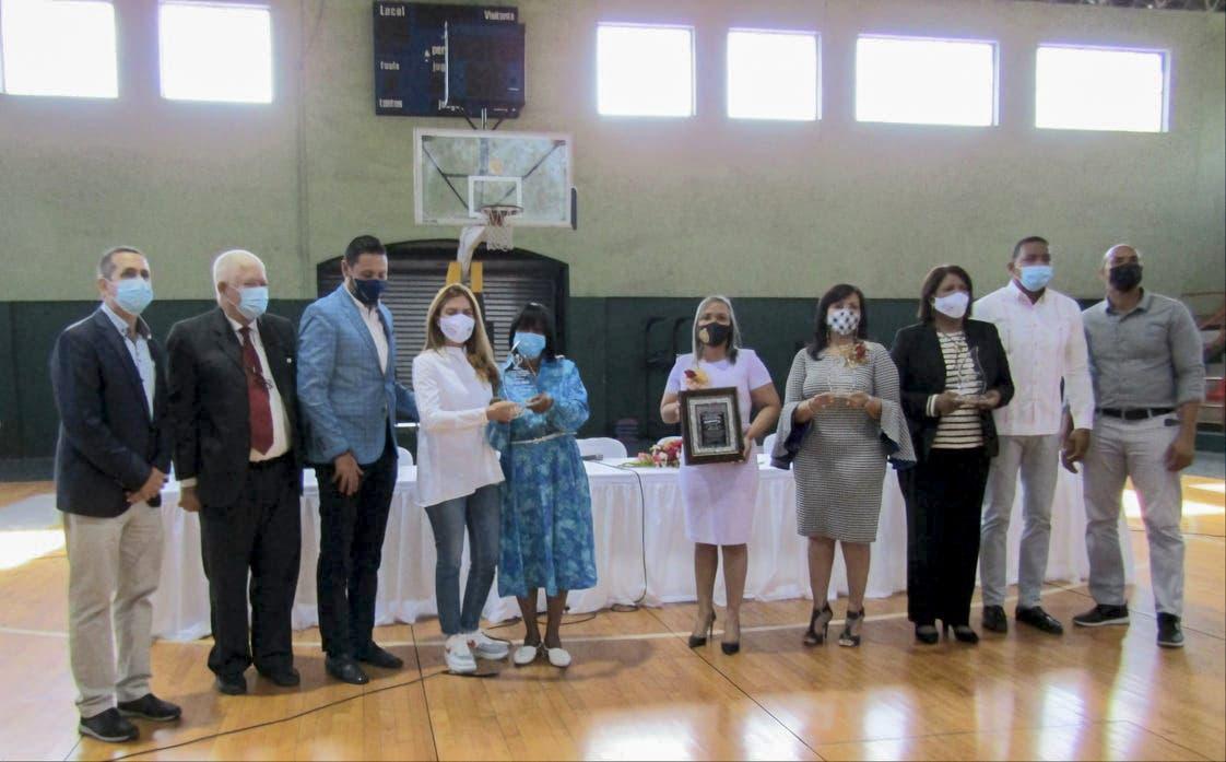Club San Carlos y el Consejo de Organizaciones Comunitarias  reconocen más de 40 mujeres