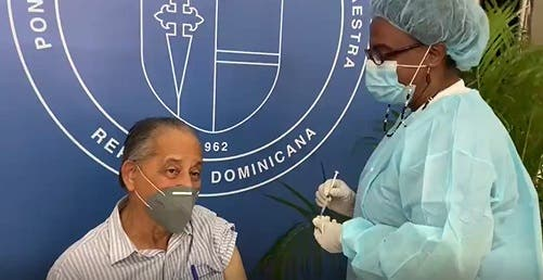 Veterano periodista Huchi Lora recibe dosis de vacuna