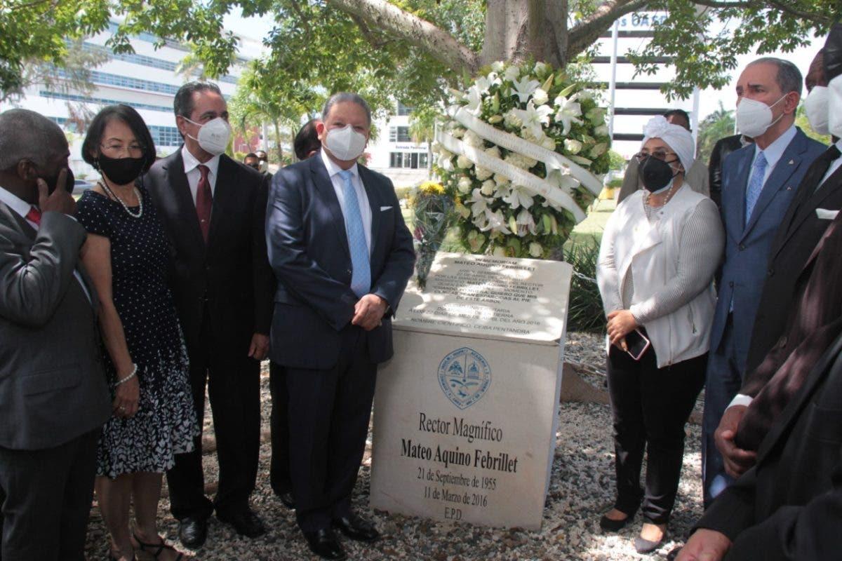 UASD recuerda al exrector Mateo Aquino Febrillet con una ofrenda floral