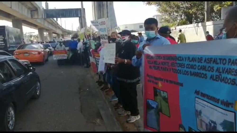 Moradores protestan por arreglo de calles en Villa Mella