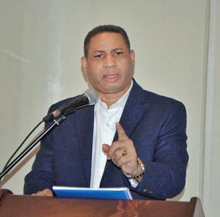 El galón de gasolina bajaría hasta RD$100 si se eliminan impuestos, dice Trajano Santana