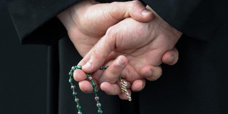 Vaticano sanciona a arzobispo y obispo por encubrir abusos