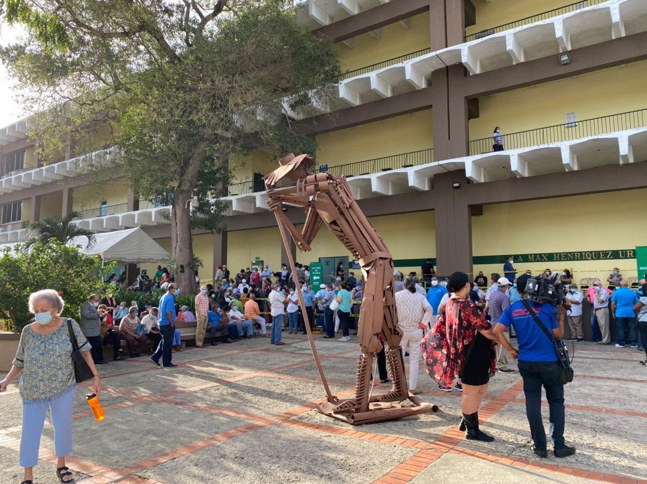 Solo aplicarán 400 vacunas por día en centro PUCMM Santo Domingo