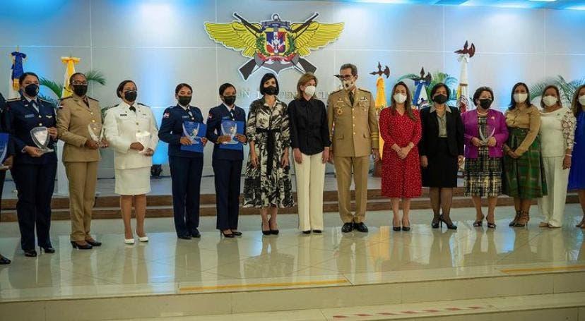 Ministerio de Defensa reconoce a nueve mujeres militares destacadas