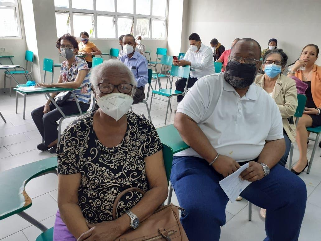 Tras autorización de Salud Pública, jóvenes se vacunan contra covid-19 junto a envejecientes