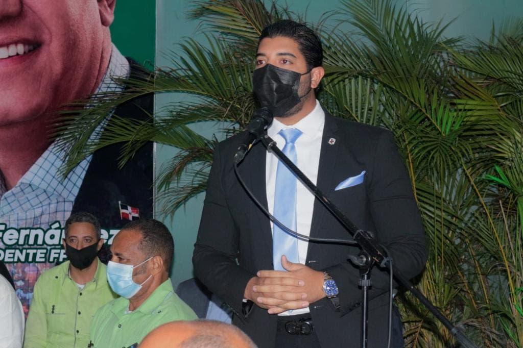 El regidor Robert Martínez pasa a la Fuerza del Pueblo