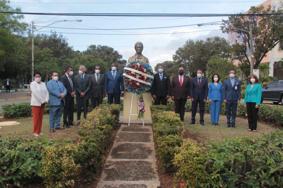 UASD honra a Francisco del Rosario Sánchez con ofrenda floral