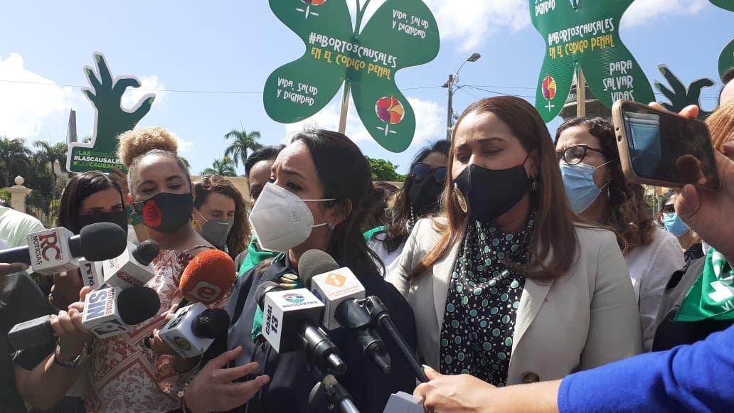 Funcionarias se pronuncian en campamento a favor de las tres causales del aborto