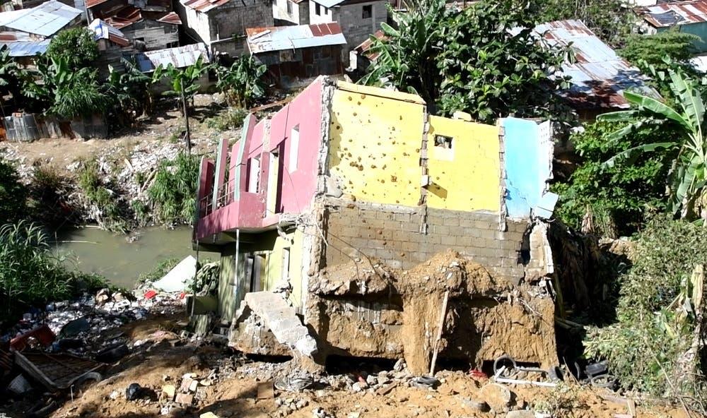 Gobernadora Rosa Santos promete castigar a responsables de obra ilegal que colapsó por lluvias