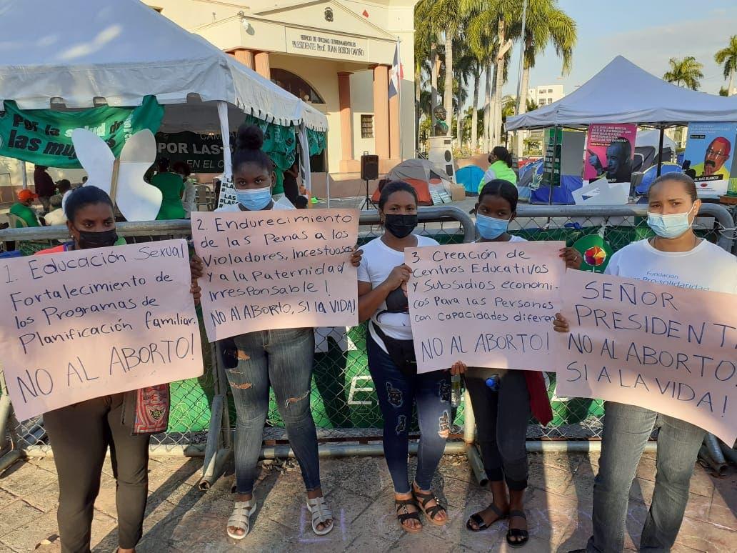 Mujeres montan protesta contra aborto junto a campamento de grupos feministas