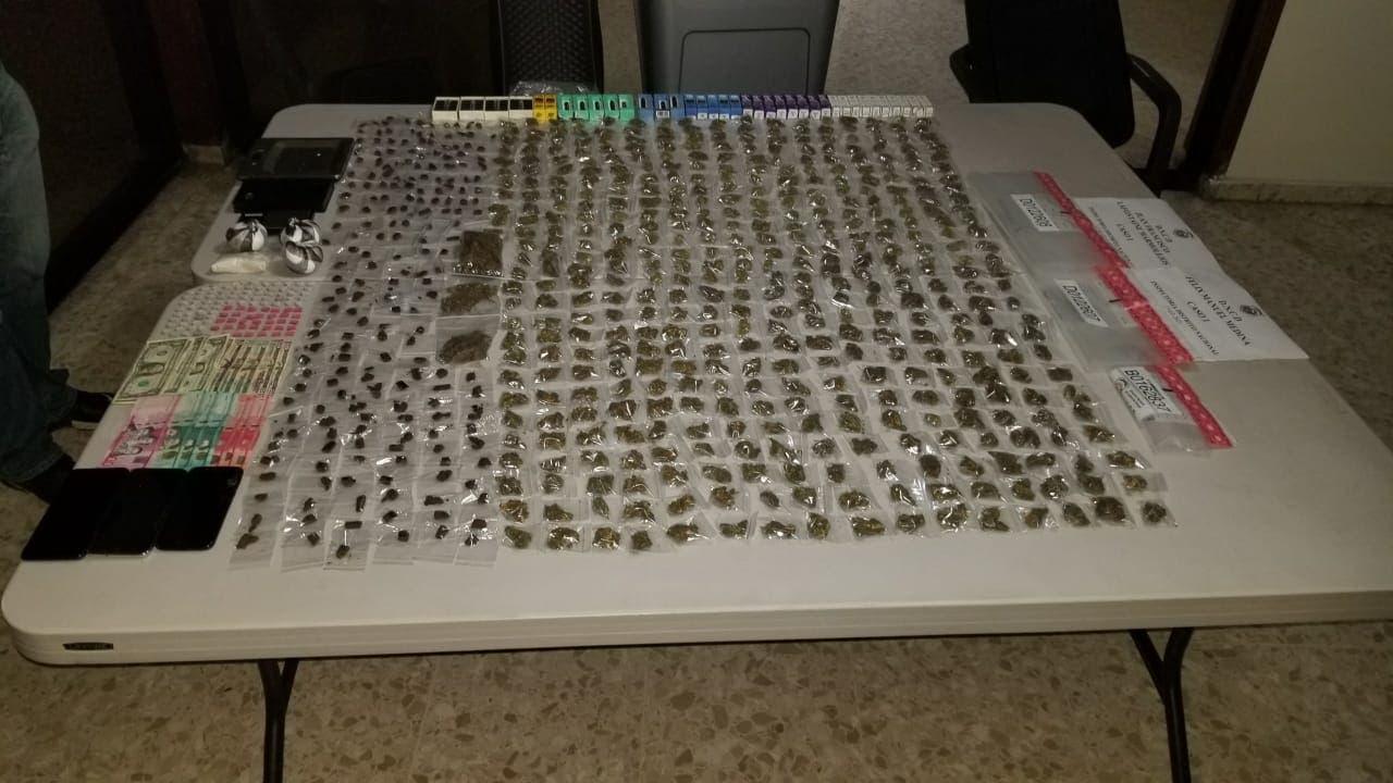 Apresan a dos hombres en Arroyo Hondo con cientos de porciones de drogas