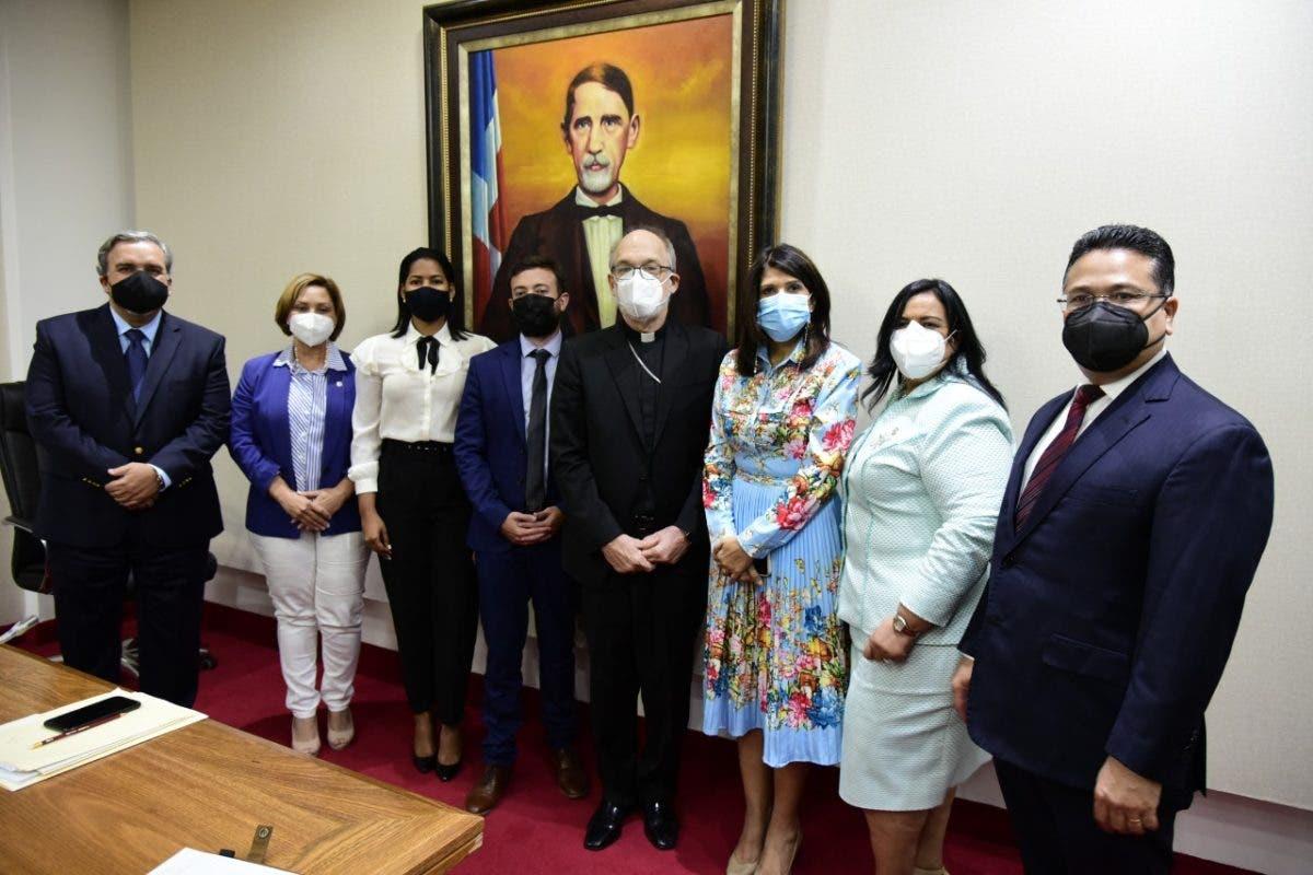 Diputados escuchan opiniones de monseñor Masalles y Agustín Laje sobre las tres causales