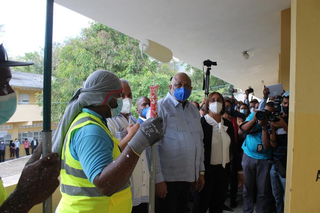 Ministerio de Educación y EGEHID supervisan remozamiento de escuelas