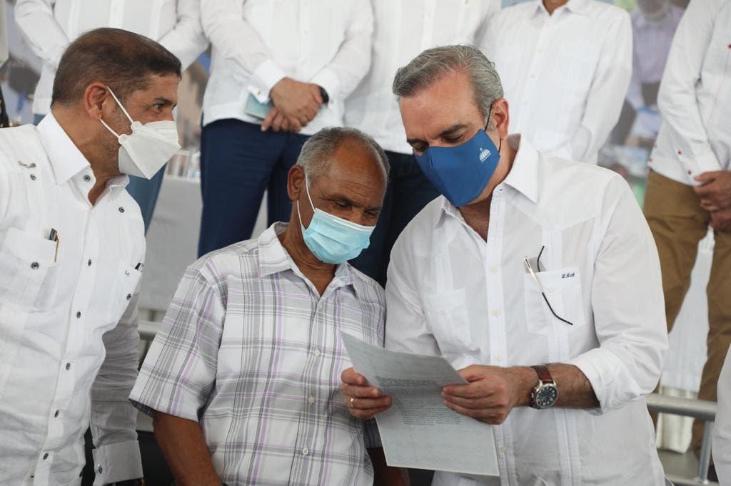 Presidente Abinader entrega 460 títulos de propiedad en Los Almácigos