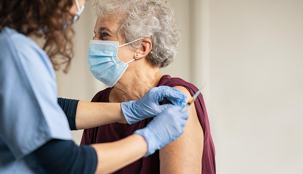 Inicia hoy vacunación a personas mayores de 70 años