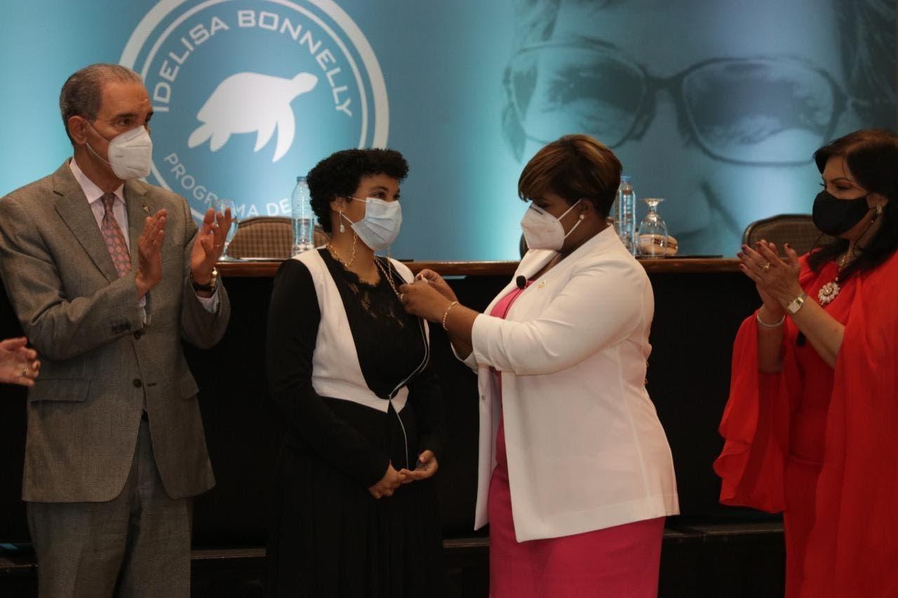 """Ministerio de la Juventud entrega 247 becas en honor a """"Idelisa Bonnelly"""""""