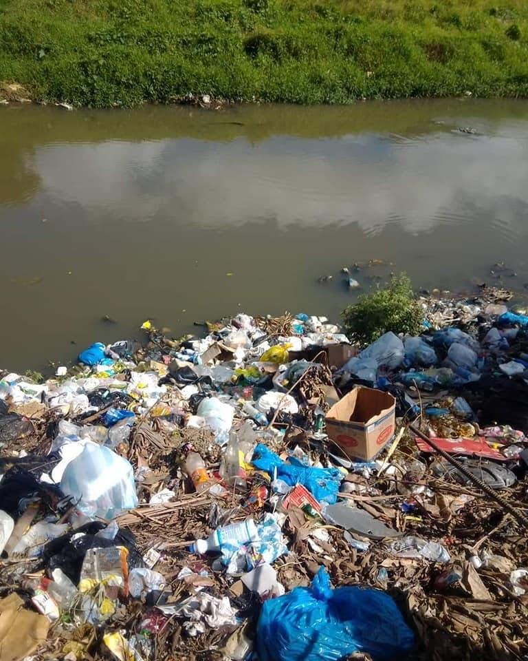 Cúmulo de basura en río Duey causa preocupación en residentes de La Altagracia