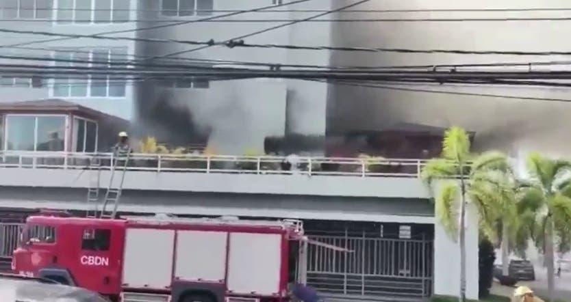 Incendio afecta edificio en la calle Lorenzo Despradel