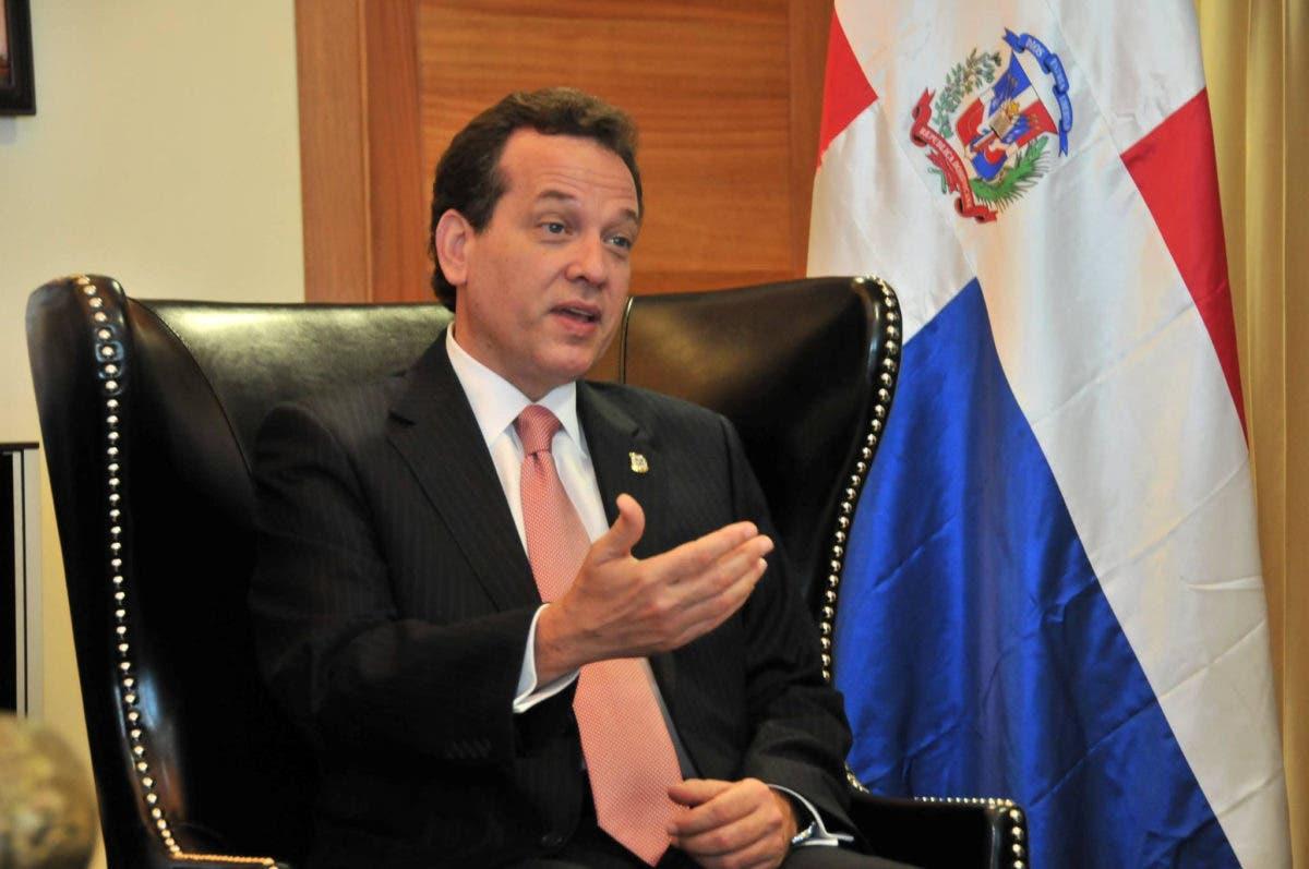"""Ito Bisonó dice mantiene 100 % la """"fórmula"""" para bajar combustibles"""